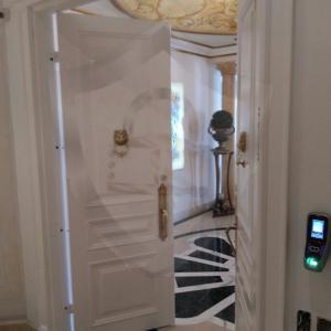 Porta blindada com biometria